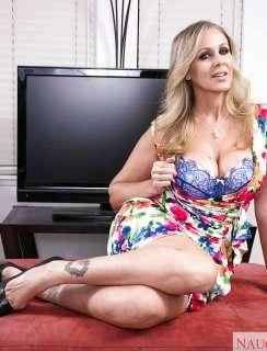 Зрелая Julia Ann подставляет вагину под крупный член